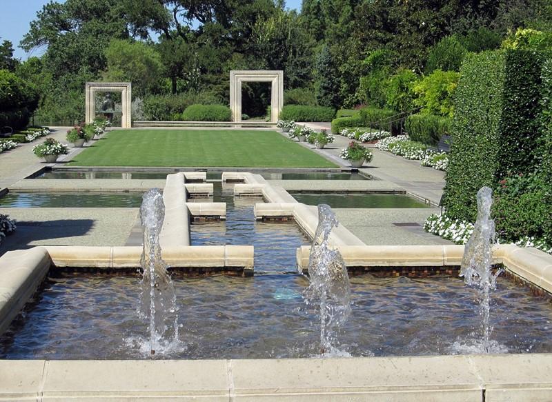 Fontanna w ogrodzie w nowoczesnym stylu