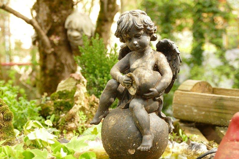 Fontanna z kamienia anioł
