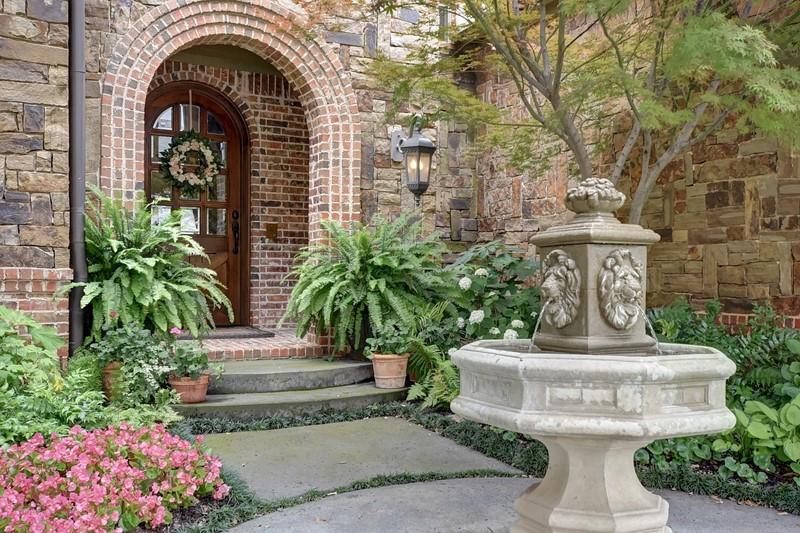 Klasyczna, kamienna fontanna w ogrodzie
