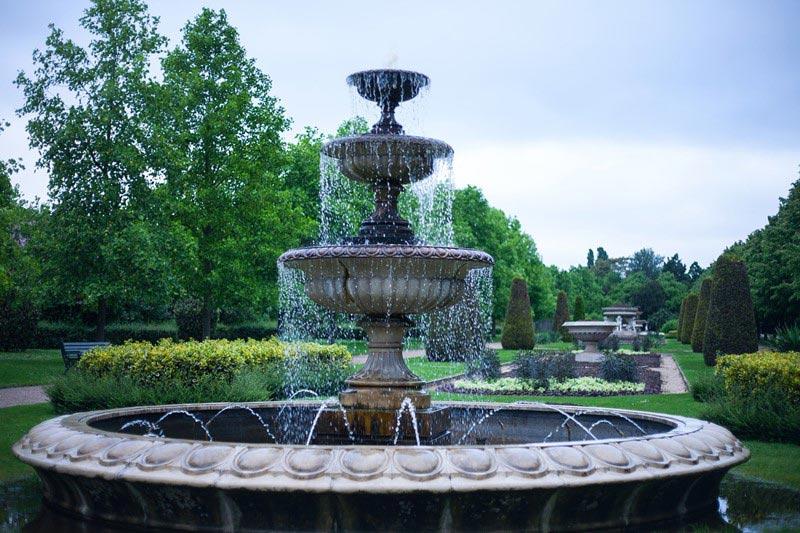 Klasyczne fontanna z kamienia