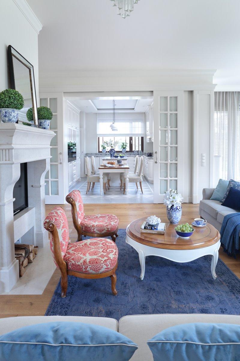 Niebieska arażacja klasycznego salonu