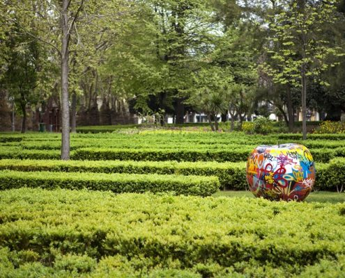 Nowoczesna rzeźba w parku