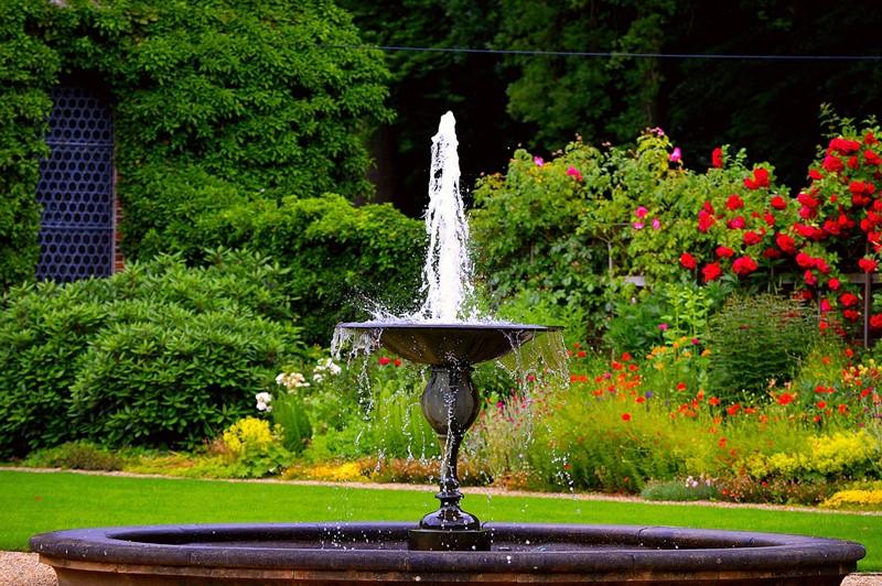 Okrągła fontanna w ogrodzie