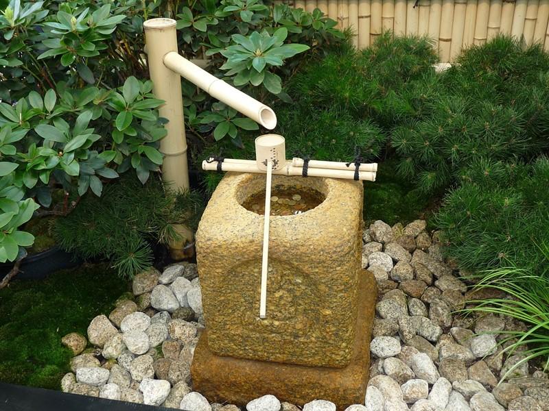 Orientalna fontanna w ogrodzie