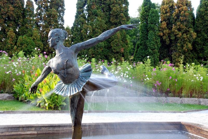 Oryginalna fontanna w ogrodzie