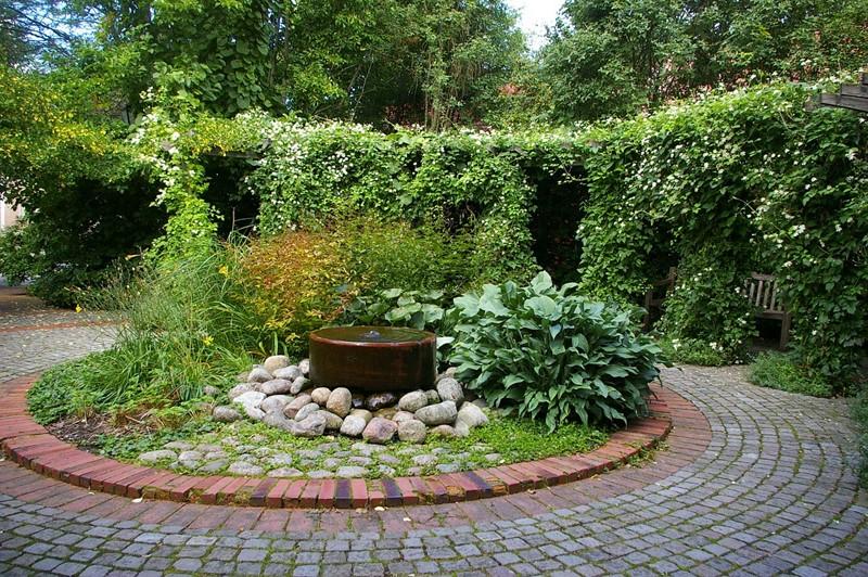 Płytka fontanna w ogrodzie