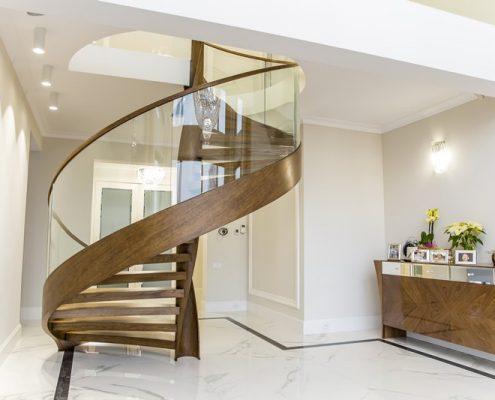 Spiralne schody z drewna i szkła