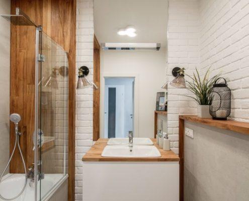 Biała łazienka zaakcentowana drewnem
