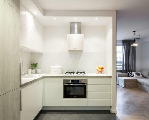 Częściowo otwarta kuchnia w bieli