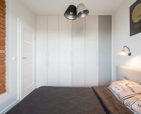 Jasna sypialnia z zabudowaną garderobą