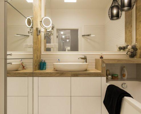 Jasne drewno i biel w łazience