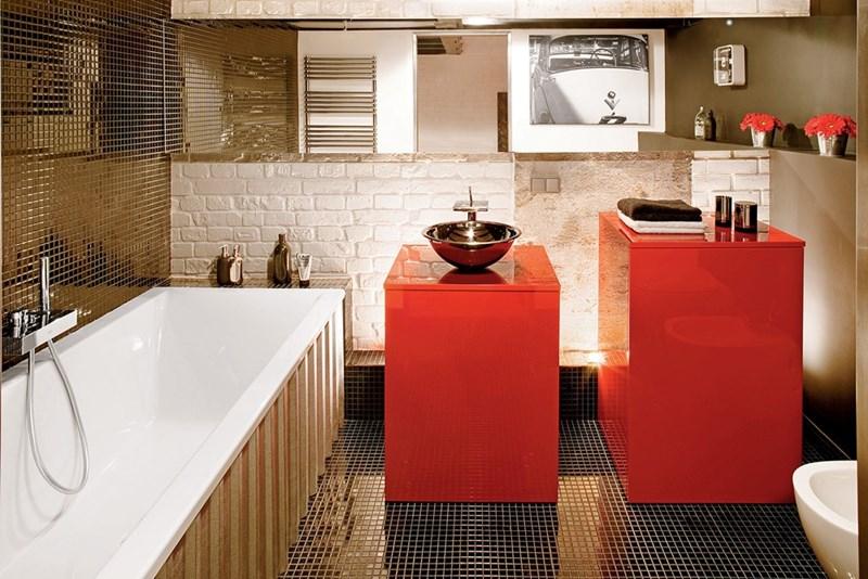 Kolorowe wnętrza złota łazienka