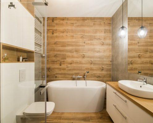 Motyw drewna w nowoczesnej łazience