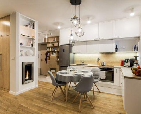 Otwarta kuchnia z jadalnią i kominkiem