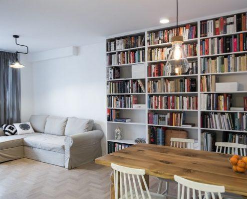 Salon z biblioteką
