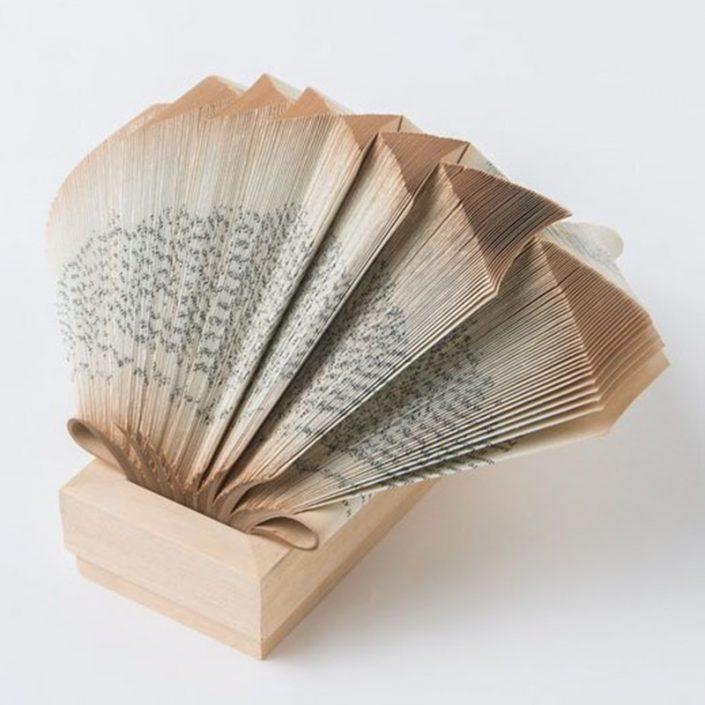 Papierowa rzeźba książka Crizu Wig Newton