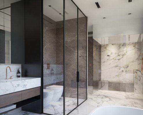 Stylowa łazienka z licznymi przeszkleniami