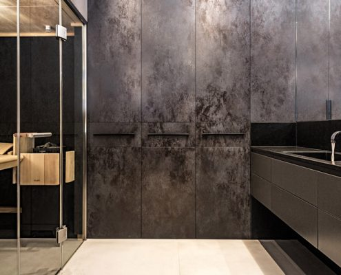 Stylowa, ciemna łazienka z sauną