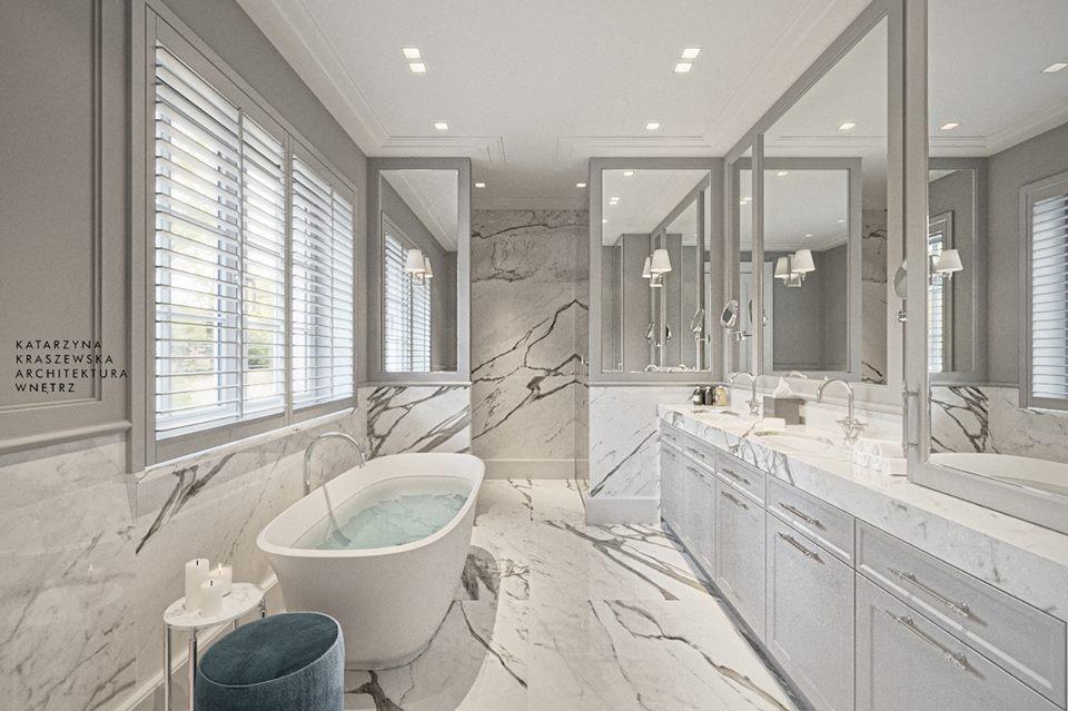 Jasna łazienka z wolnostojącą wanną i klasycznymi akcentami