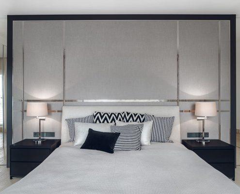 Ozdobne wezgłowie łóżka w eleganckiej sypialni