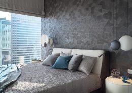 Aranżacja szarej sypialni z widokiem na miasto