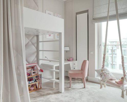 Biały pokój dla dziewczynki z piętrowym łóżkiem