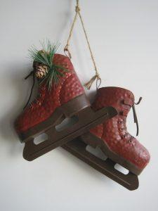 Dekoracja bożonarodzeniowa wiszące łyżwy czerwone