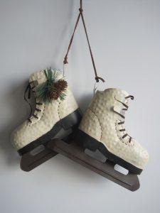 Dekoracja bożonarodzeniowa wiszące łyżwy kremowe