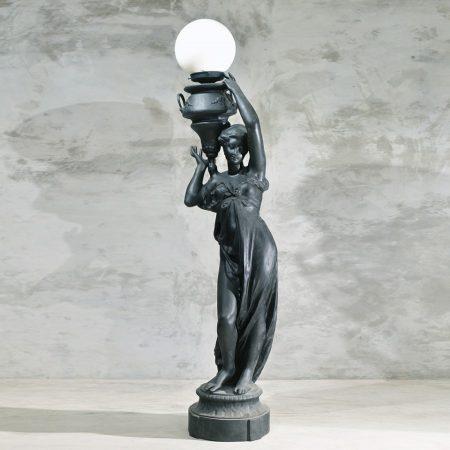 Para klasycznych lamp kobiety z wazami