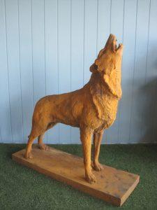 Rzeźba z żelaza wyjący wilk