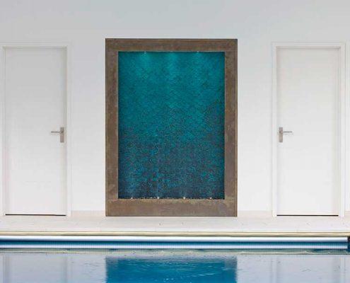 Ściana wodna w nowoczesnym basenie