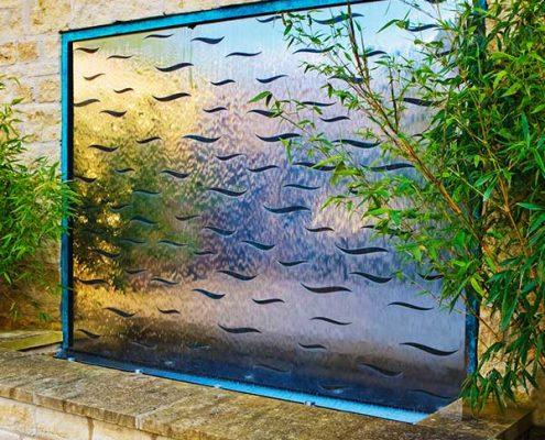 Ściana wodna w przestrzeni ogrodowej