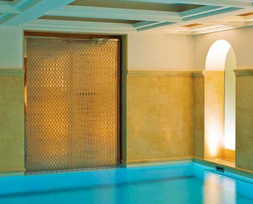 Ściana wodna w wewnętrznym basenie