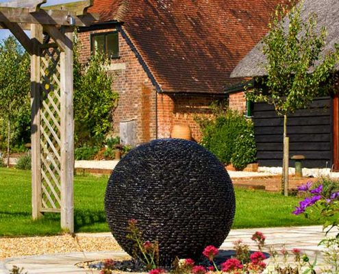 Naturalistyczna rzeźba-fontanna w ogrodzie