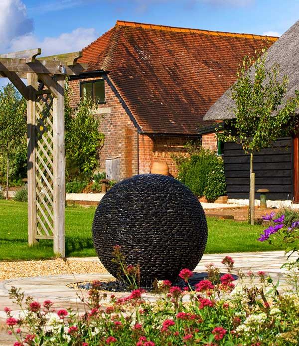 Czarna fontanna kula z kamienia DARK PLANET David Harber