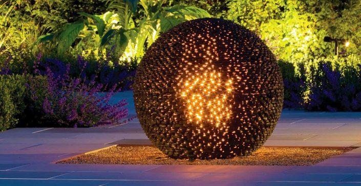 Czarna rzeźba ogrodowa, kula z podświetleniem Dark Planet David Harber