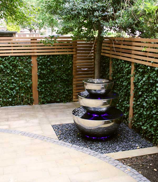 Nowoczesna fontanna ogrodowa w eleganckim ogrodzie