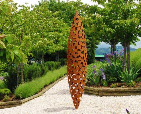 Industrialna rzeźba w ogrodzie