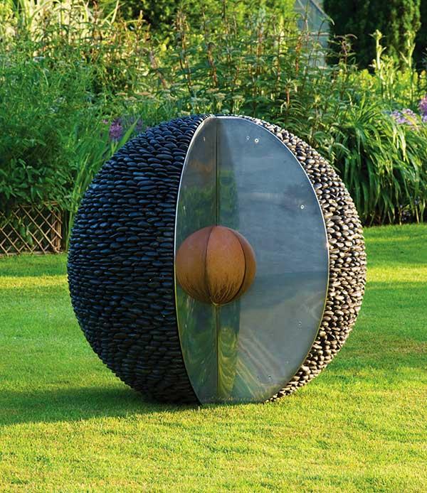 Kulista rzeźba ogrodowa z czarnych otoczaków Kernel David Harber