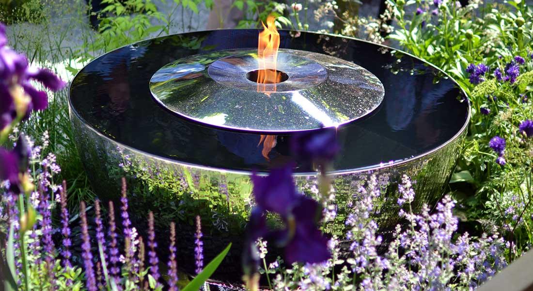 Nowoczesna fontanna i palenisko ogrodowe FIRE CHALICE David Harber