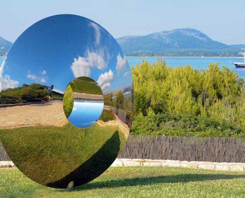 Nowoczesna rzeźba ze stali i marmuru w ogrodzie