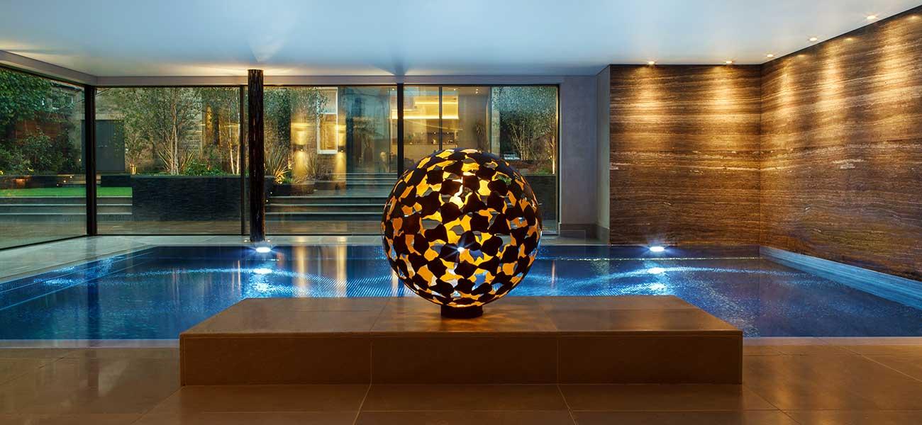 Nowoczesne basen wewnętrzny z oryginalną rzeźbą
