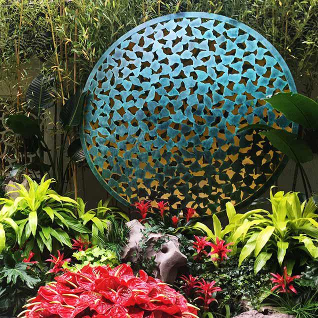 Okrągła rzeźba z efektem patyny Luna Mantle David Harber