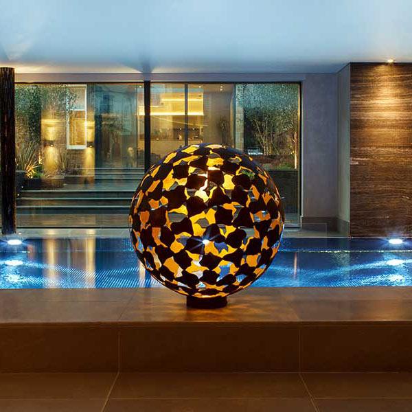 Rzeźba świetlna kula MANTLE David Harber