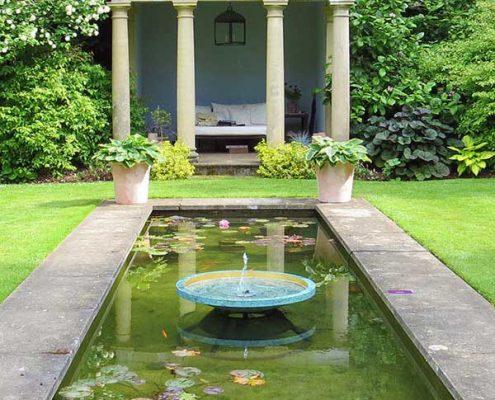 Sadzawka w klasycznym ogrodzie