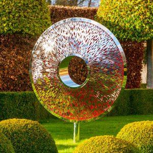 Srebrna rzeźba ogrodowa z kolorowym akcentem Iris Torus David Harber