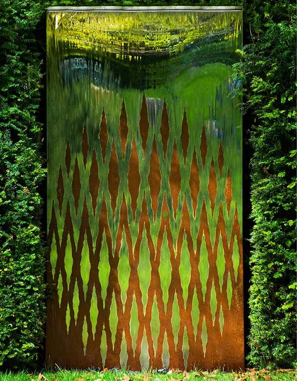 Srebrno-rdzawa ściana wodna w ogrodzie