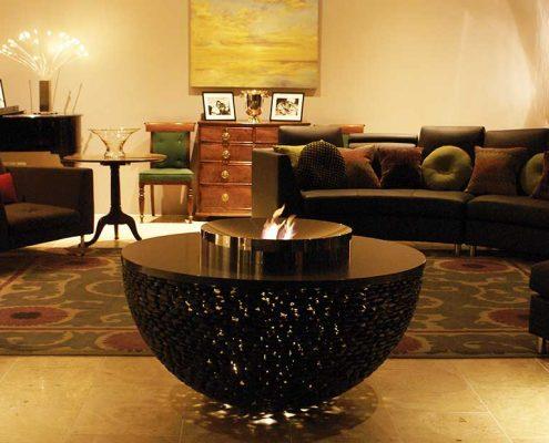 Stolik kawowy połączony z paleniskiem w salonie