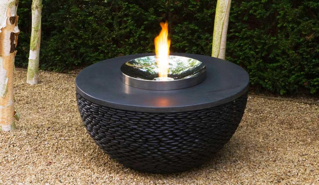 Stolik ogrodowy połączony z paleniskiem Fire Table David Harber