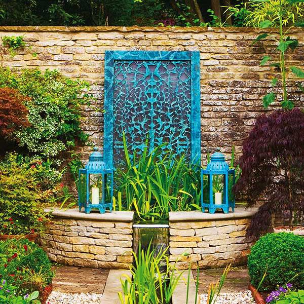 Stylowa ścianna wodna w ogrodzie